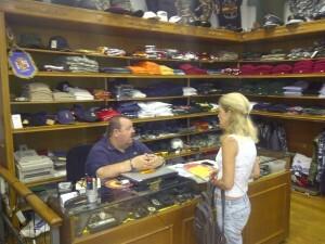 Un mujer acude a comprar enseres para una recreación histórica/vlcciudad