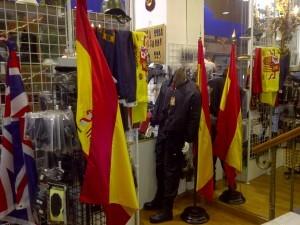 Un grupo de banderas de España que son de lo más vendido/vlcciudad