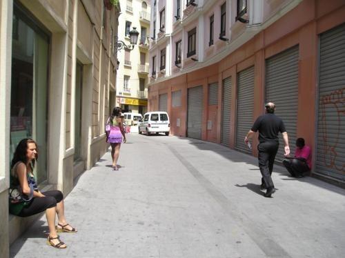 Un hombre transita por una calle del barrio de Velluters