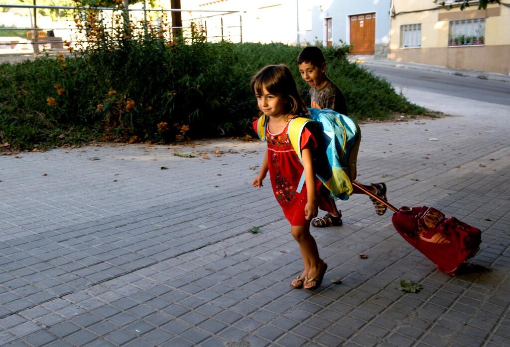 Dos niños vuelven al colegio con nuevo calzado/vlcciudad