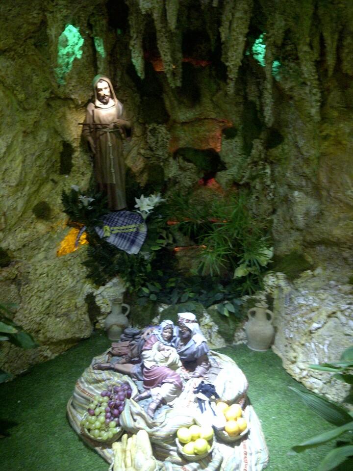 Un nacimiento con la imagen de San Francisco de Asis, patrón de los belenistas, preside la magna muestra belenistica en las Atarazanas/vlcciudad