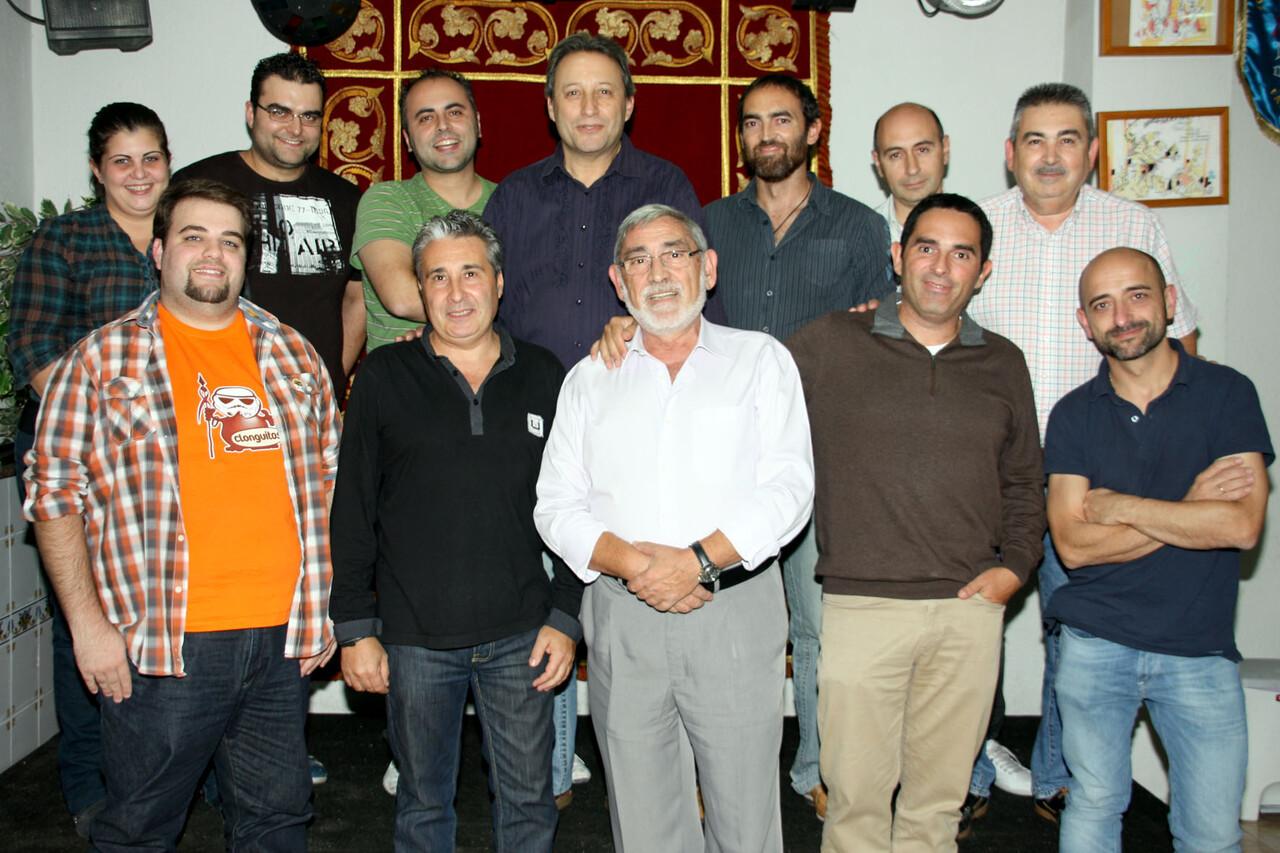 La mayoría de los artistas que harán la escena con el presidente de Regne en el local el pasado lunes/Regne
