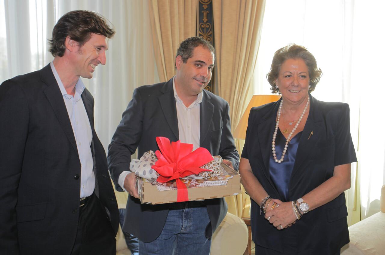 La alcaldesa recibe la Mocadorá del los directivos del Gremio/vlcciudad
