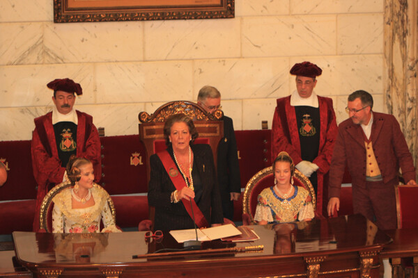 Las Falleras Mayores de 2013 en el hemiciclo con la alcaldesa de Valencia
