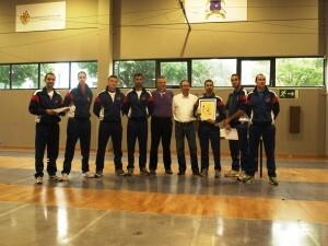 El presidente de la federación de esgrima valenciana y el presidente de la Sala d´Armes con el equipo de la Guardia Real/savlc