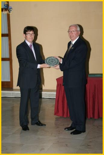 El presidente de la Interagrupación Daniel Buj entrega a Chiralt el premio Pepe Monforte en abril de 2011/hablemos de fallas
