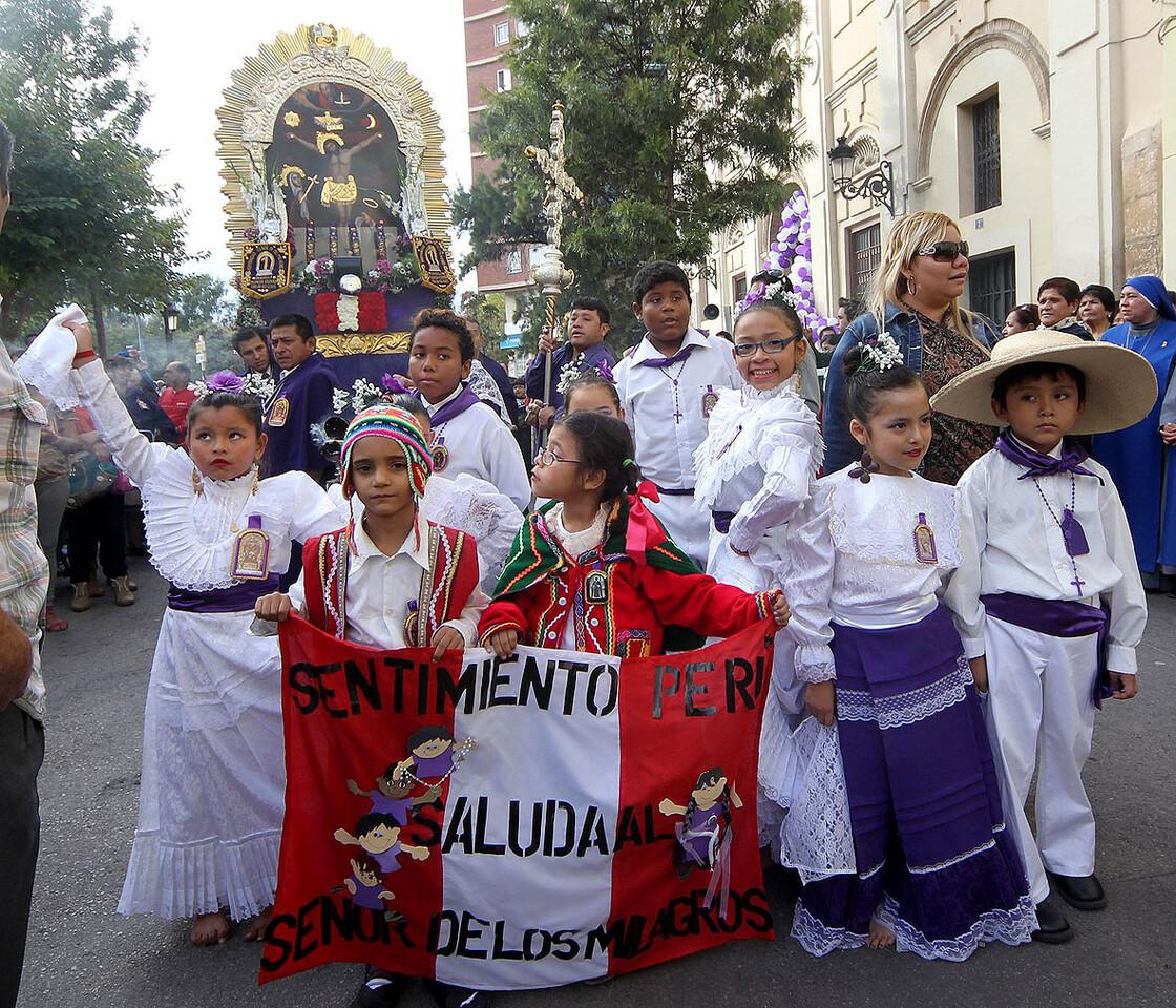 Un grupo de niños participa en la procesión al patrón de Perú/javier peiró-AVAN