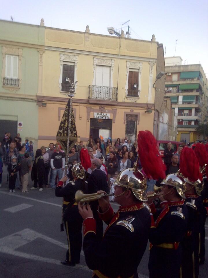 La banda de San Luis Bertrán pasa por delante del casal de la falla de La Fonteta/vlcciudad