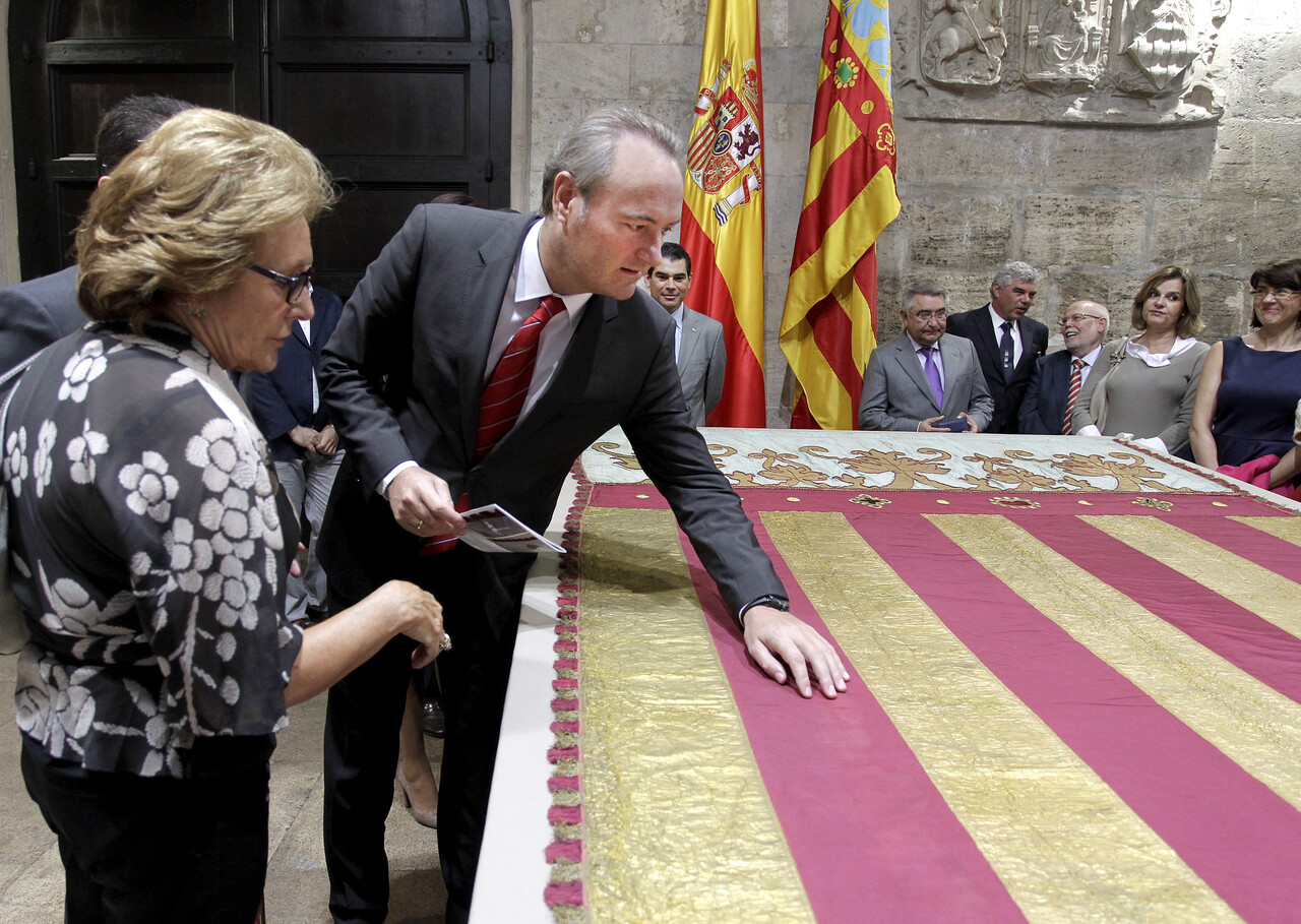 Carmen Pérez, directora del IVRC, contempla como el president toca la Real Senyera que han restaurado y cubrió el féretro de Blasco Ibáñez/gva