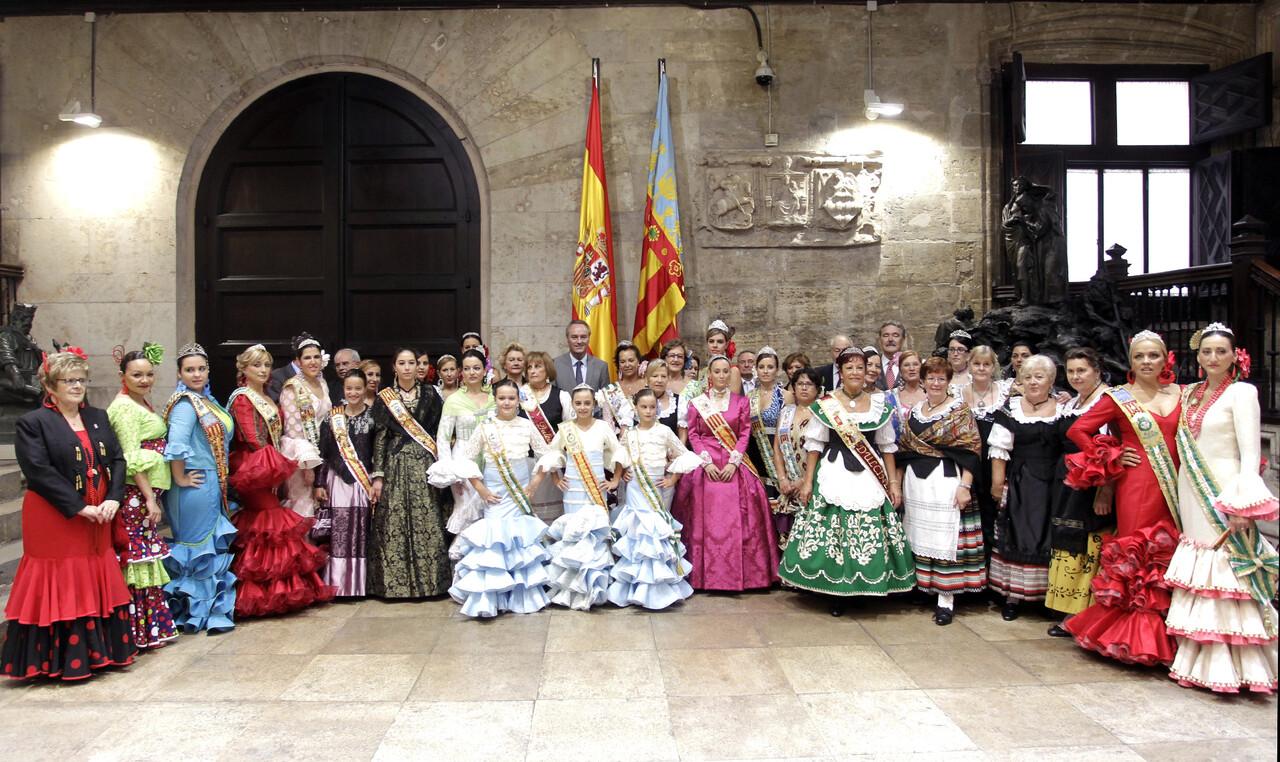 Las reinas de las casas regionales y presidentes con el president Alberto Fabra/gva/luis vidal