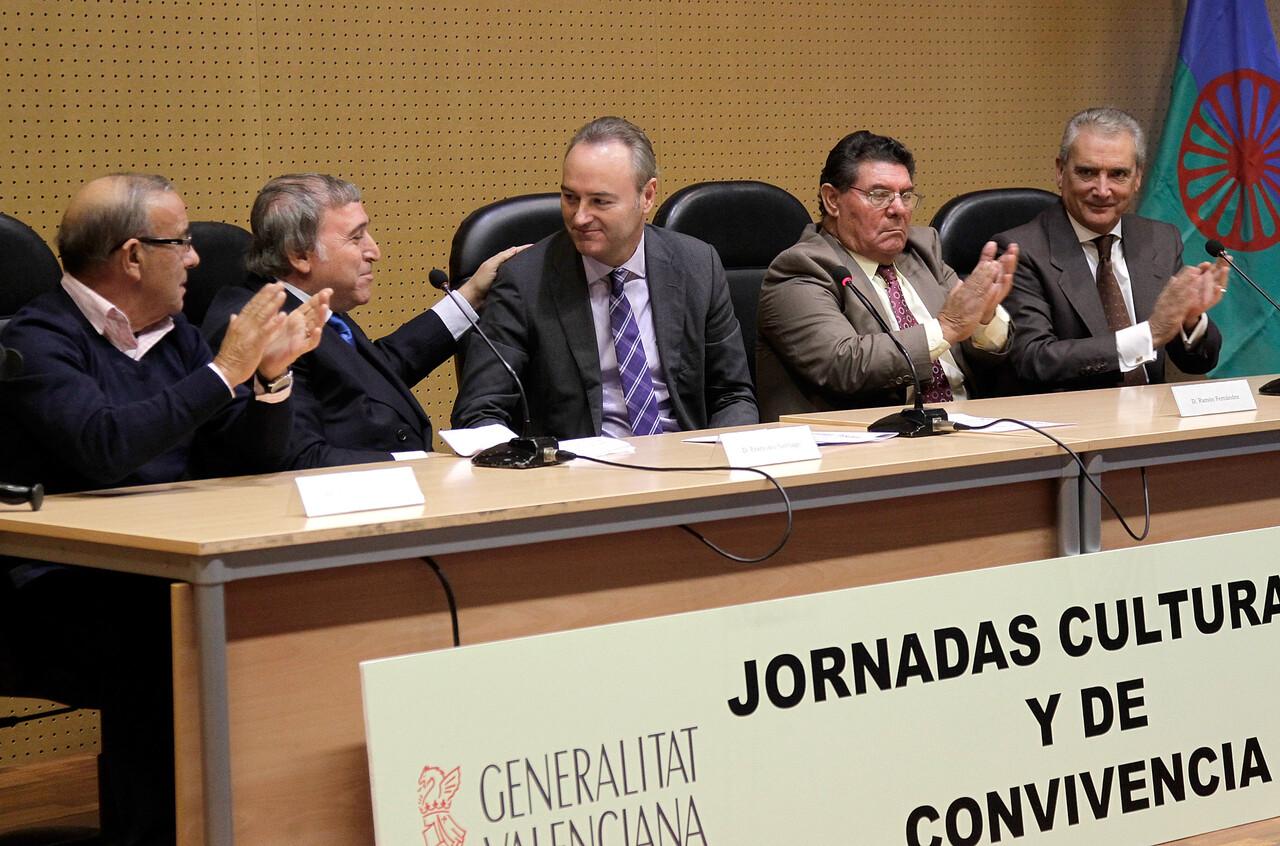 El presidente de la Generalitat con los dirigentes de las asociaciones gitanas/generalitat