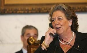 La alcaldesa de Valencia, Rita Barberá, habla con una de las elegidas en años pasados/eos