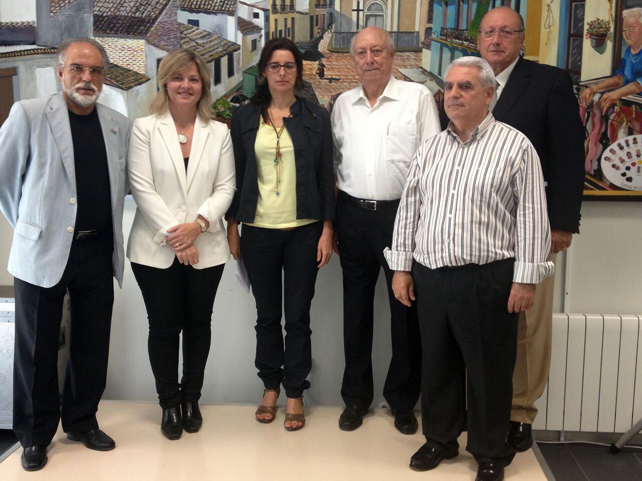 La concejala, el presidente de la Fundación y otros dirigentes en el centro de Benimaclet/ayto vlc