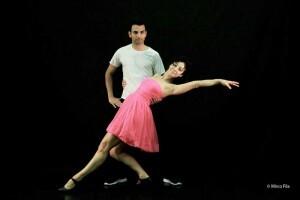 Dos bailarines de la compañía teatral/cia
