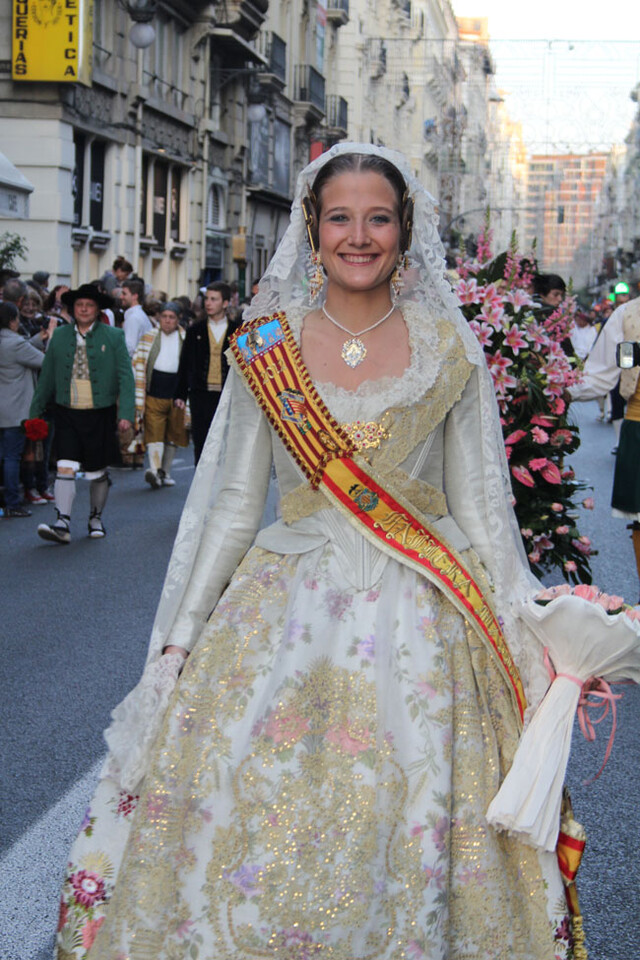 La Fallera Mayor de Valencia 2013 en la ofrenda como fallera mayor de su comisión este año