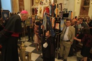 Los componentes de las entidades de belenistas con sus banderas en la Basílica/j.peiró