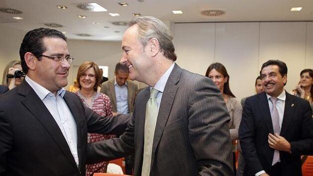 El nuevo portavoz del PP, Jorge Bellver, saluda al presidente de la Generalitat, Alberto Fabra, en un acto del partido