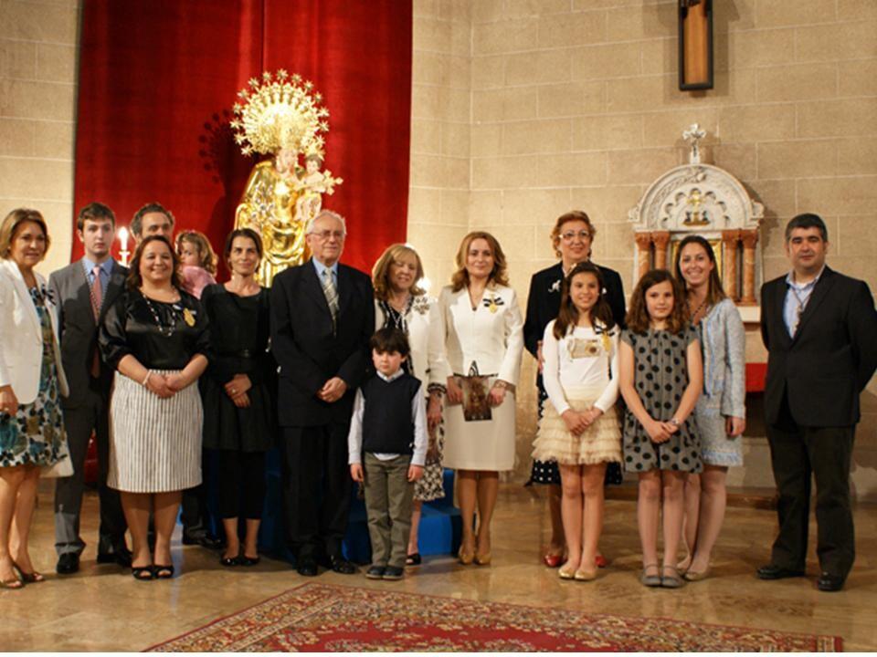 Los clavarios de los altares y la Honorable Clavariesa en el Besamanos de 2012