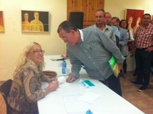 La autora firma uno de los ejemplares en la Casa de la Reina/RE