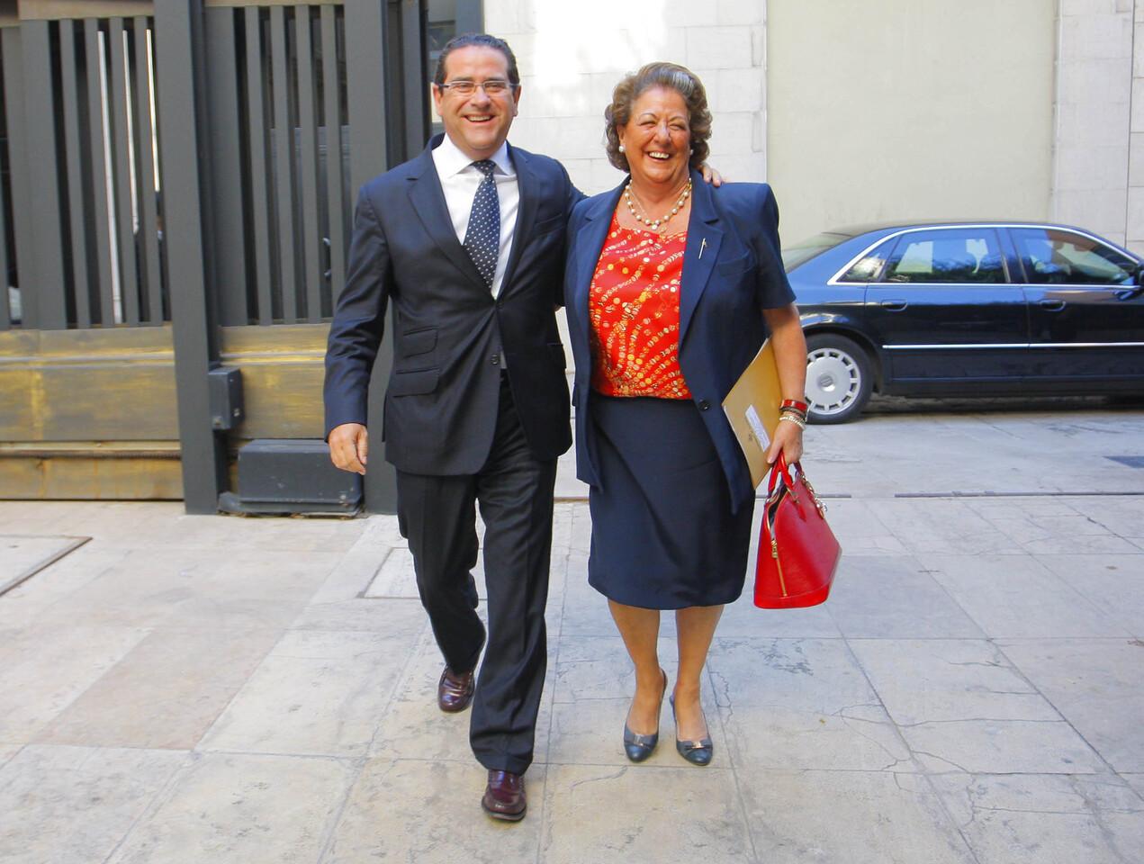 El nuevo portavoz en Las Corts, Jorge Bellver, y la alcaldesa, Rita Barberá, entran juntos está mañana en Las Corts/ayto vlc