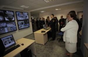 La alcaldesa contempla las cámaras desde donde se controlan los edificios municipales/ayto vlc