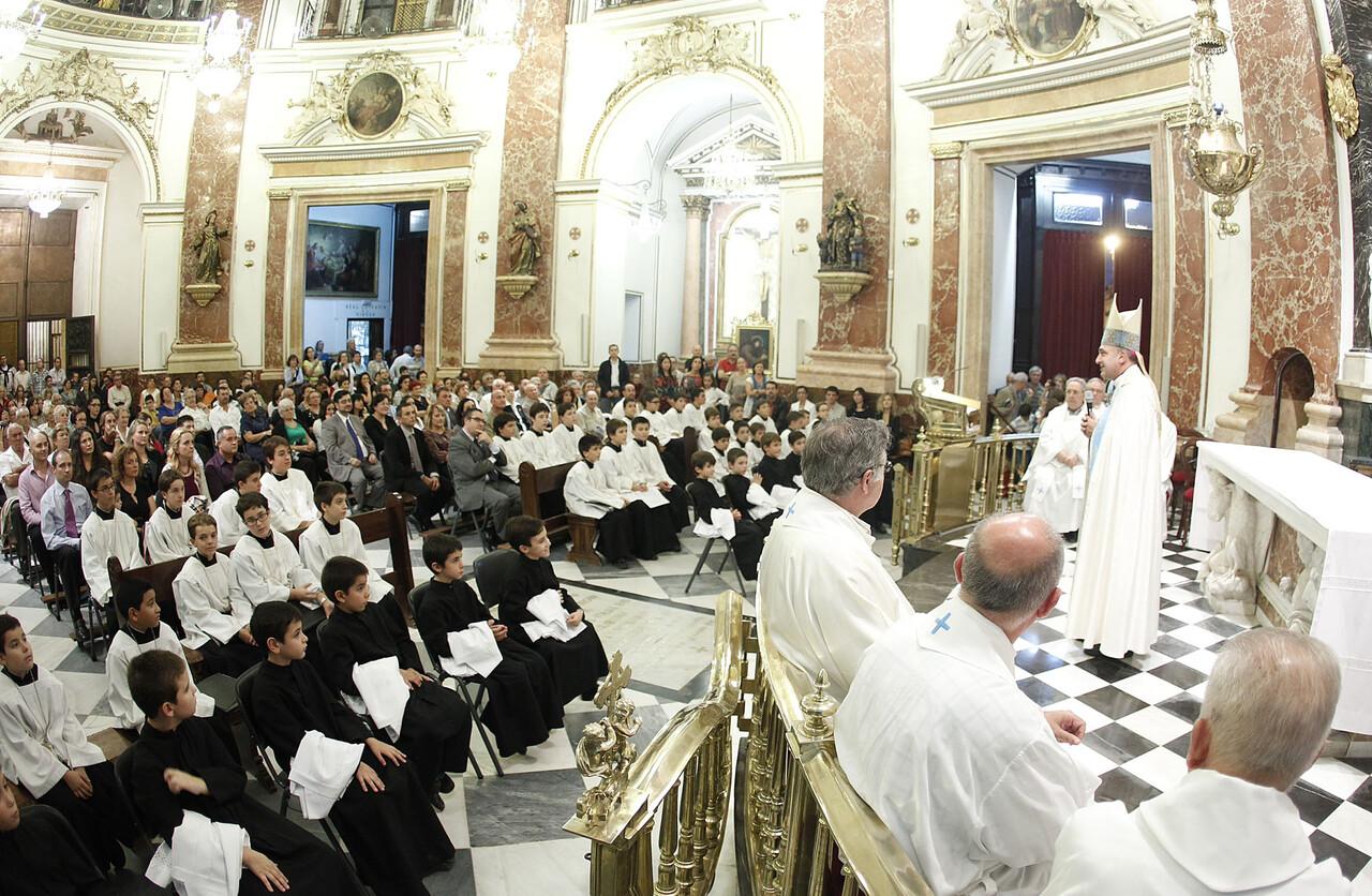 Interior de la Basílica en el acto de vestición de los nuevos 12 escolanes/avan