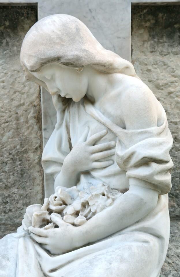 Una de las esculturas del cementerio general/manolo guallart