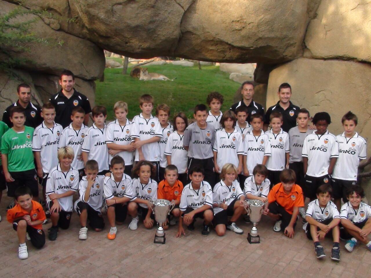 Los equipos del Valencia C.F. campeones de la II edición ayer en la presentación/fvf
