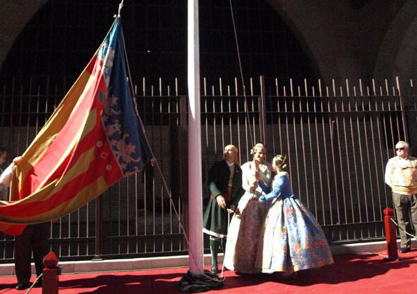 Las Falleras Mayores de Valencia 2013 izan la Senyera en las Atarazanas