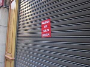 Un comercio cerrado en una huelga general.