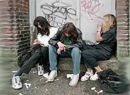 Unos jóvenes en una calle de una ciudad