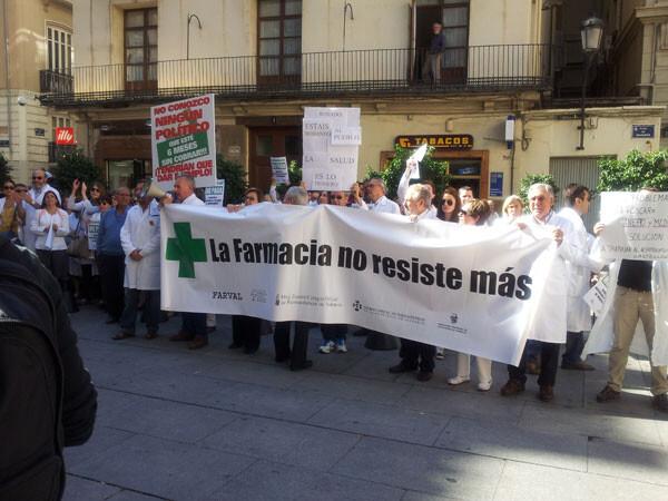 """""""La Farmacia no resiste más"""", pancarta en la plaza Manises"""