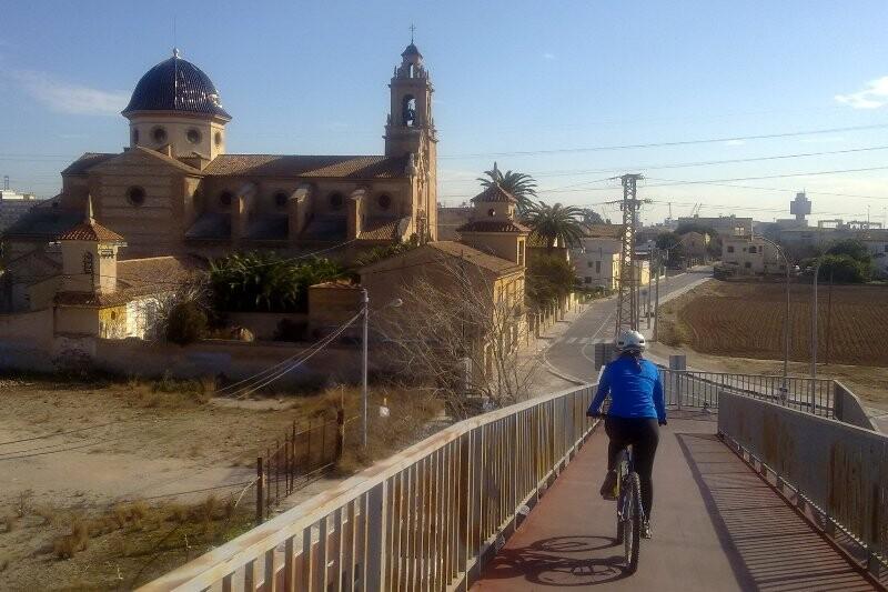 Vista de la iglesia de La Punta con las edificaciones contiguas donde estará el nuevo centro