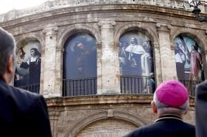 El prelado valenciano Carlos Osoro contempla las lonas instaladas en la zona exterior de La Seo/alberto saiz/avan