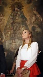 La Fallera Mayor de Valencia, Sandra Muñoz, cierra su ¨reinado¨acompañando a los más desamparados/alberto saiz