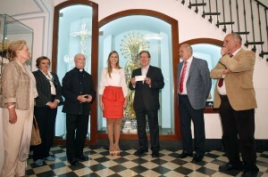 Los representantes de Maides con la fallera mayor, Sandra Muñoz, en el Museo de la Basílica/a.saiz