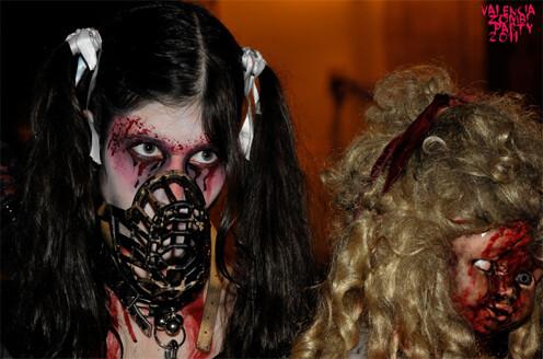 Dos jóvenes ataviadas con ropajes zombies en la marcha del año pasado