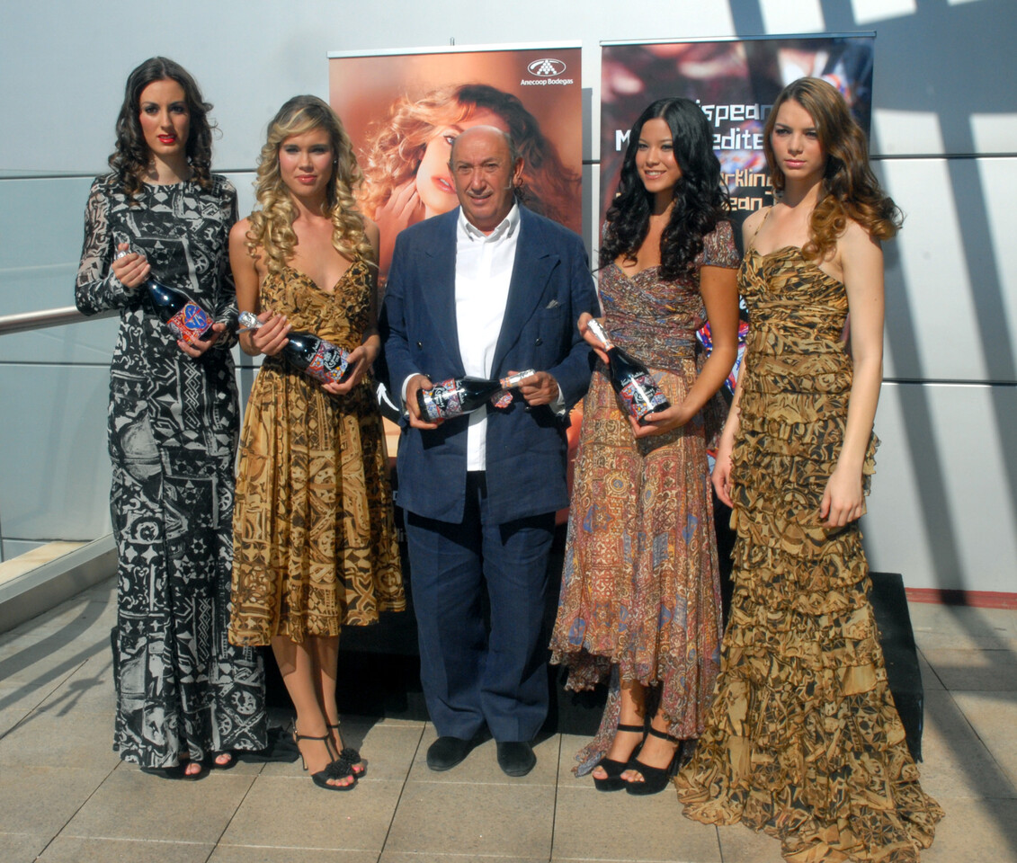 Montesinos con el nuevo espumoso y varias modelos con trajes de su nueva colección/El Corte Inglés