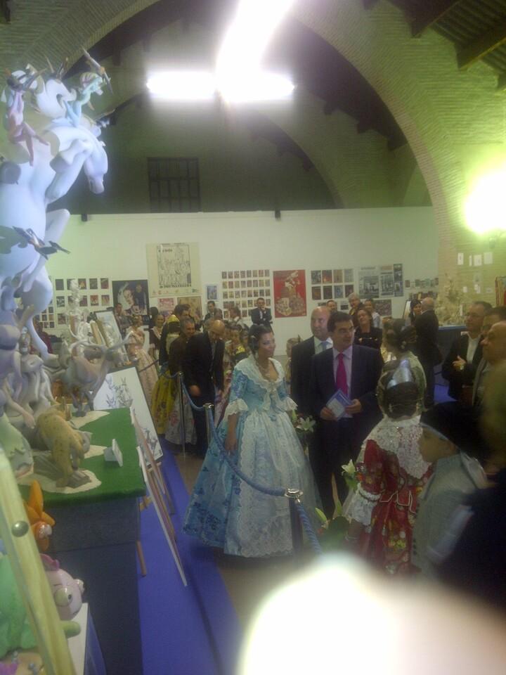 El artista Pere Baenas explica a la Fallera Mayor de Valencia su falla para El Pilar/vlcciudad