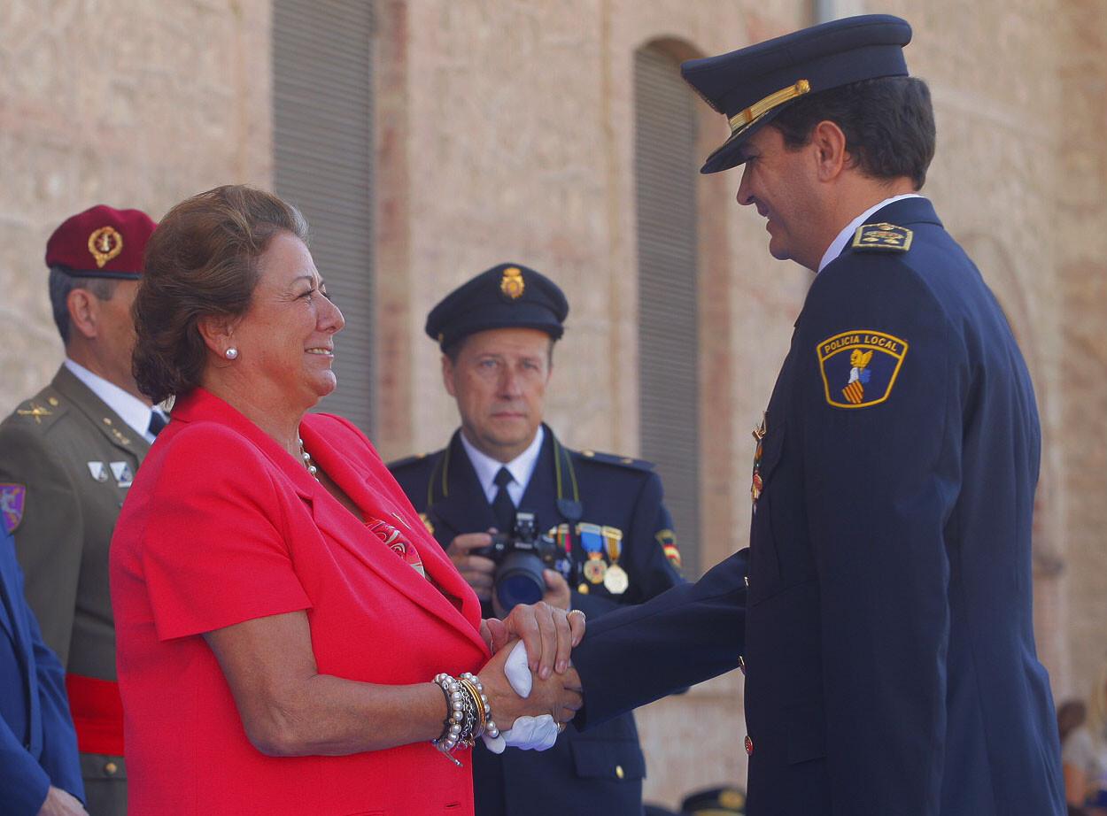 La alcaldesa felicita al intendente general Ángel Albendín que ha recibido la medalla de la Policía Nacional