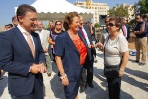 La alcaldesa, Barberá, saluda a la dirigente vecinal Carmen Berlanga, en presencia del conseller Castellano/ayto vlc