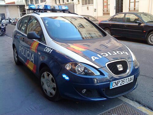 Un vehículo de la Policía Nacional patrulla en una calle