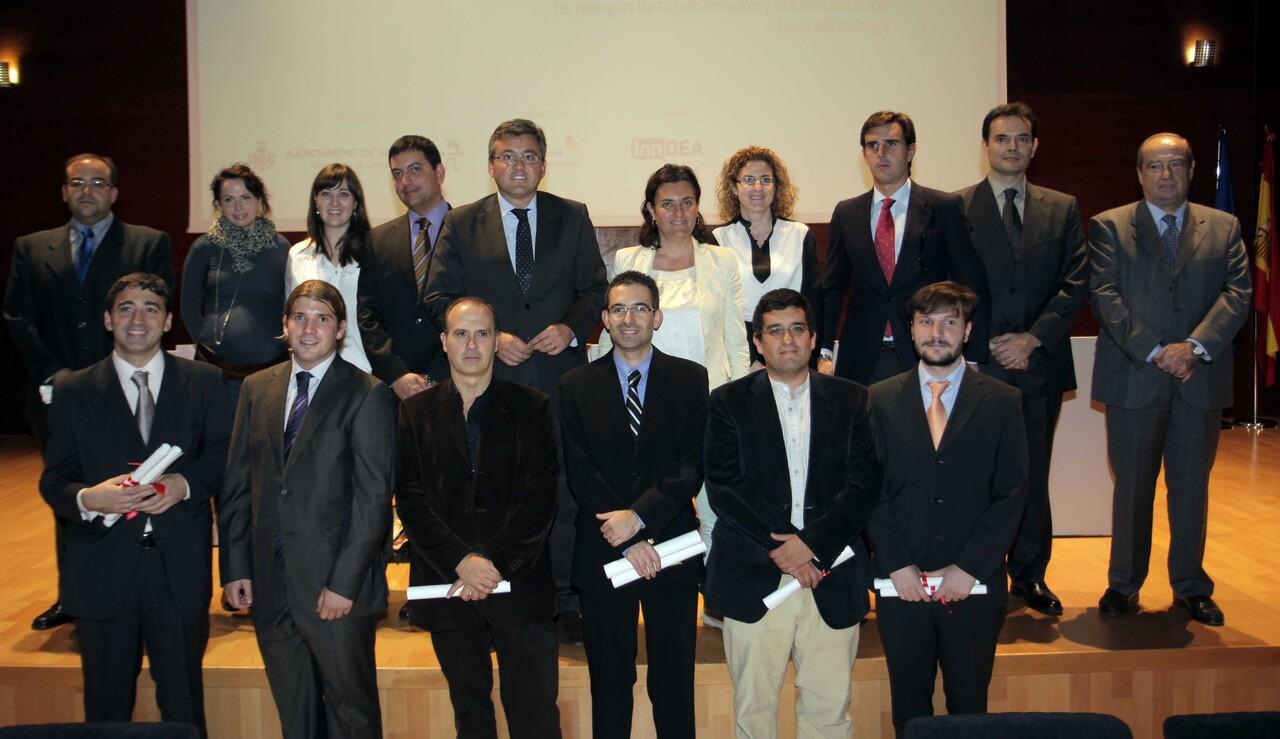 El edil de Juventud, Cristóbal Grau, y la anterior regidora, Beatriz Simón, con los premiados/ayto vlc