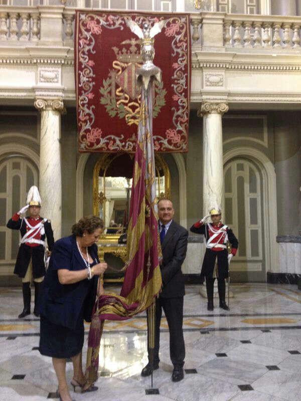 La alcaldesa, Rita Barberá, acompaña al portador de la Senyera, el portavoz socialista, Joan Calabuig/gms