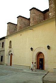 Fachada de uno de los accesos a la iglesia de San Vicente de la Roqueta