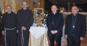 El arzobispo de Valencia con una de las réplicas entregadas el año pasado/AVAN