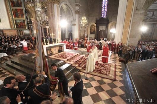 La Senyera en la Catedral para presidir el Te Deum que oficia el arzobispo/vlcciudad