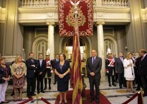 La alcaldesa en el salón de cristal con el portador Joan Calabuig y resto de la corporación en la exposición Junts a la Senyera/ayto. valencia