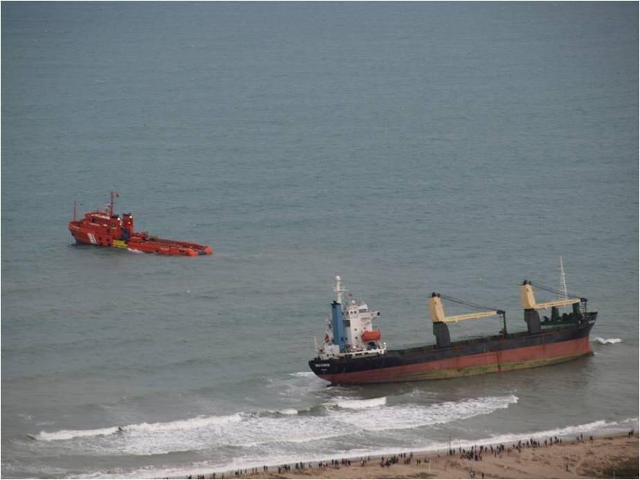 Uno de los remolcadores intenta reflotar al Sun Rise en la jornada de ayer/salvamento marítimo