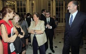 La alcaldesa conversa con unas estudiantes con el concejal de Educación, Emilio del Toro/josé sapena